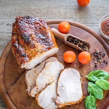 Lombo de porco suculento com molho de cenoura e tomate