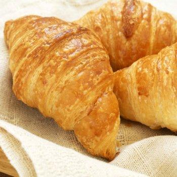Croissant recheado com geléia de morango. Merenda para crianças